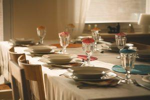 Piękne dekoracje, czyli jak ozdobić stół na przyjęcie?
