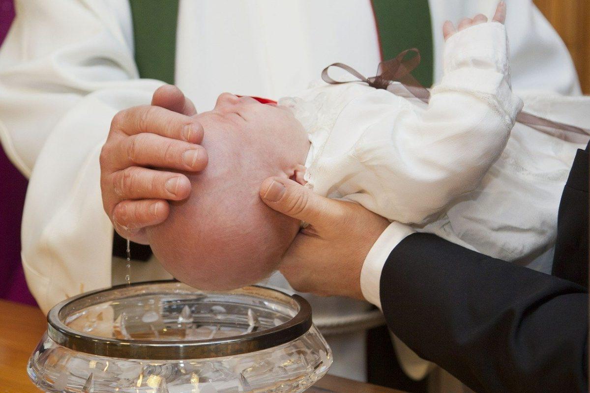 Prezent na chrzciny – ile pieniędzy włożyć do koperty?