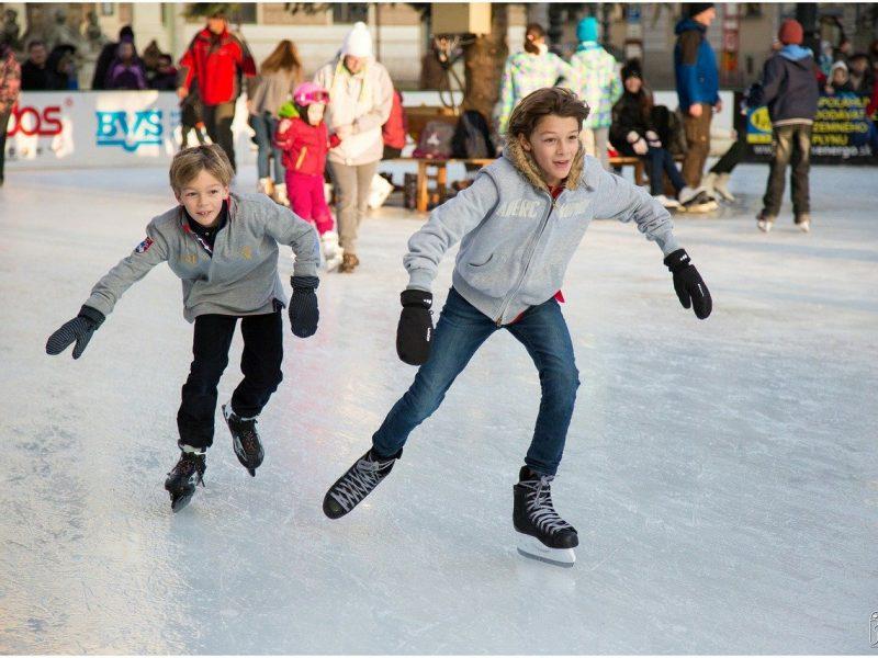 Zbliża się sezon zimowych sportów. Czy kupić swojemu dziecku łyżwy, czy wypożyczać?