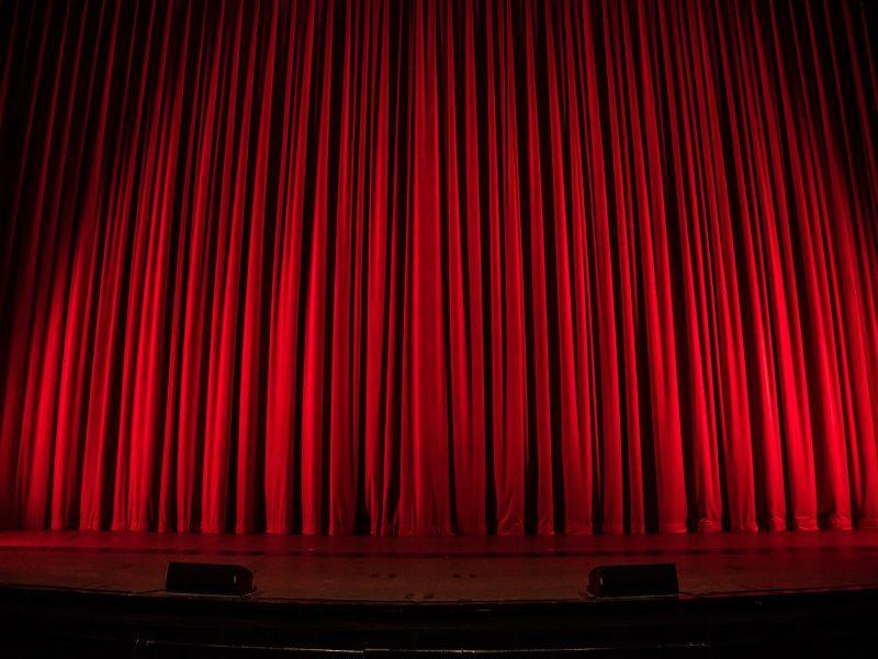5 popularnych spektakli. Na co warto wybrać się do teatru?