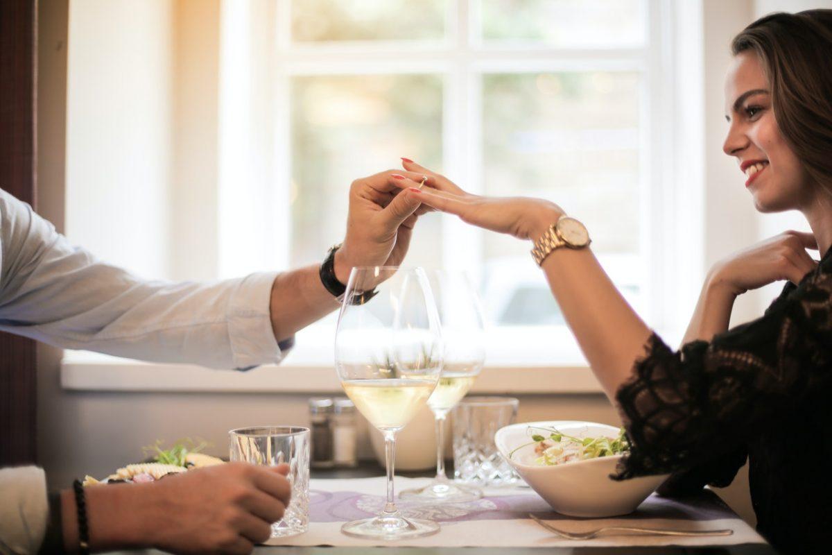 Jak powinny wyglądać idealne zaręczyny? Podpowiadamy!