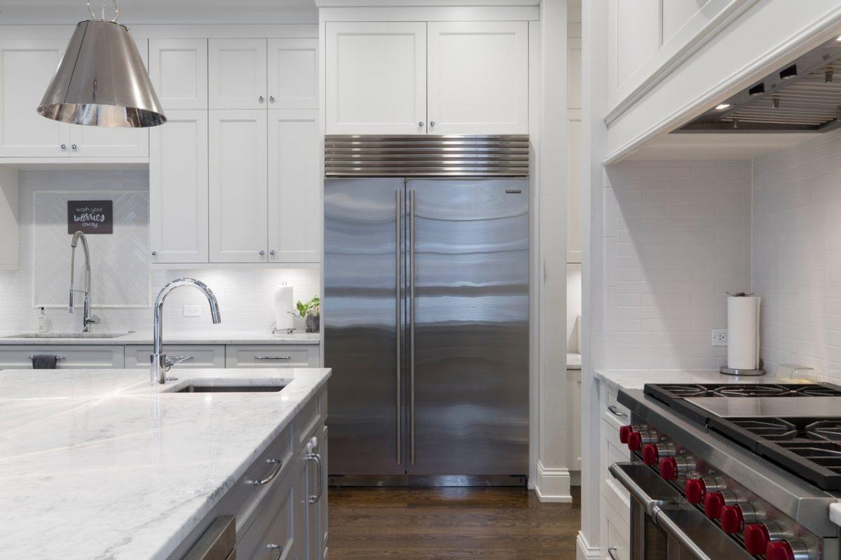 Pojemna lodówka dla rodziny – na co zwracać uwagę przy zakupie?