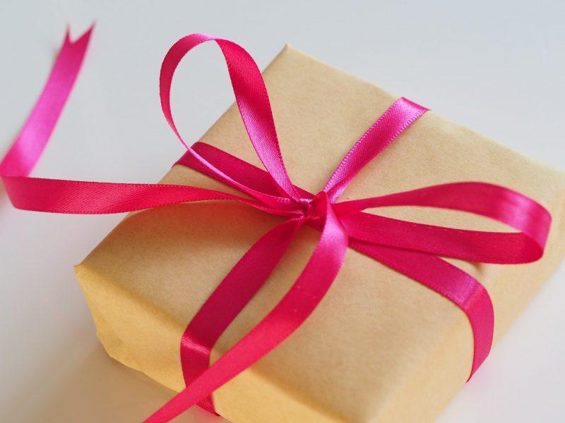 Prezent dla dziewczynki z okazji urodzin – jak wybrać idealny?
