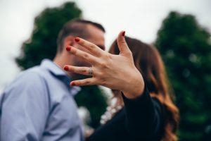 Pierścionek zaręczynowy – jaki wybrać idealny?