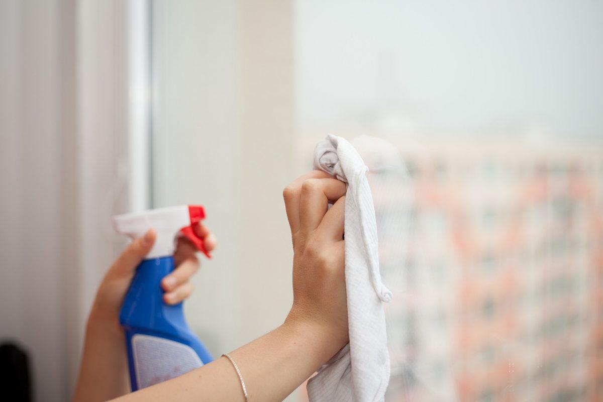 Jak umyć okna, aby nie zostawiać smug?