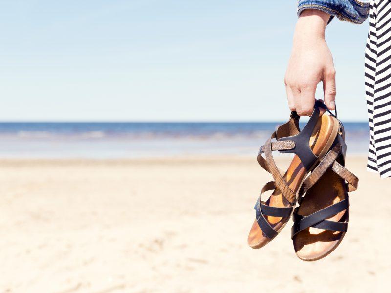 Jakie obuwie spakować na wakacje nad morzem?