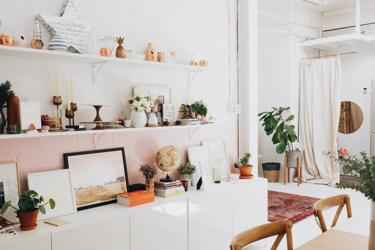 Półka na ścianę do salonu – ciekawe inspiracje