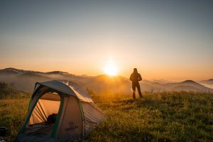 Planujesz rodzinny wypad pod namiot? Oto lista niezbędnych rzeczy!