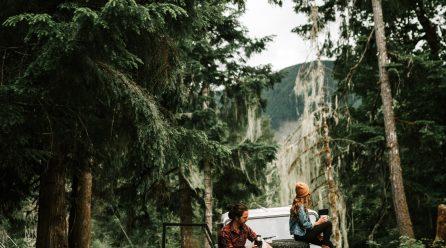 Jesienny urlop w lesie i nad wodą – co może się przydać?