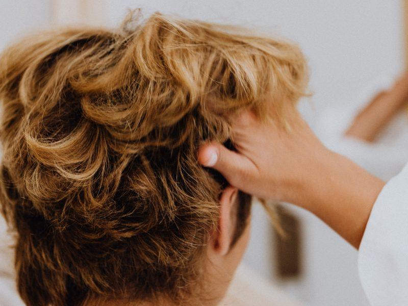 Jak zamaskować przerzedzające się włosy?